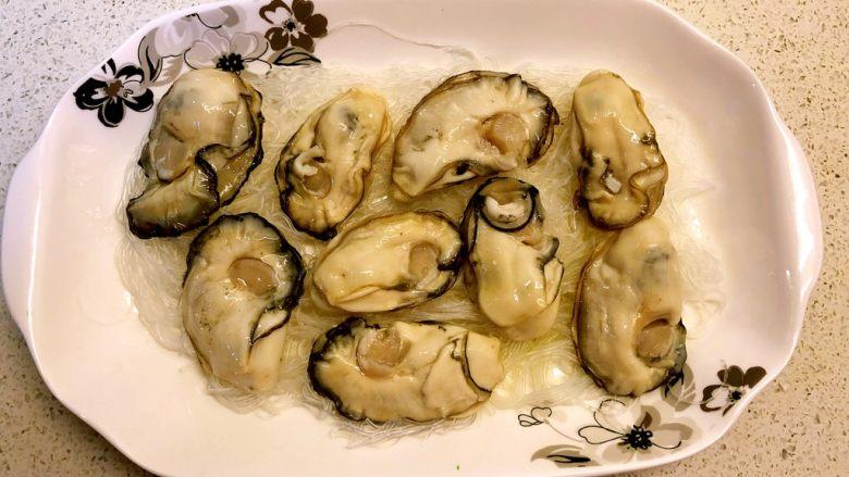 蒜蓉蒸生蚝,生蚝肉铺在粉丝上。