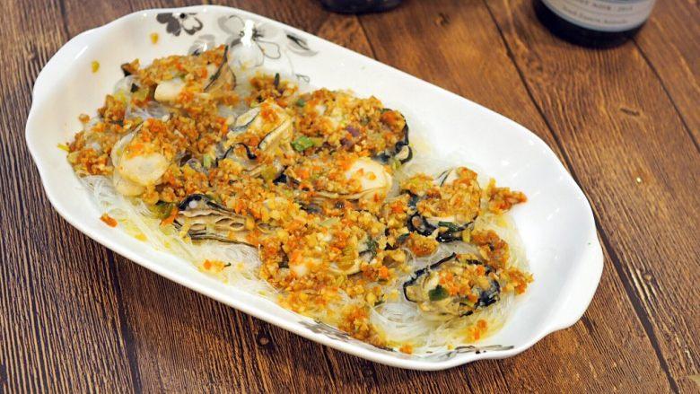 蒜蓉蒸生蚝,粉丝吸饱了生蚝的鲜味和酱料的香味,非常好吃。