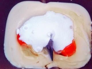 适合新手的一次性发酵酸奶小餐包,加入50~70克的白糖(根据自己喜甜的程度而定)和2克的盐