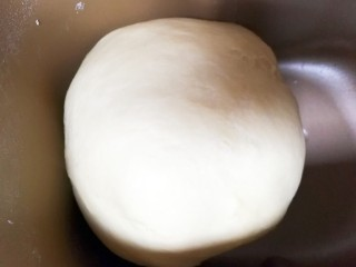 适合新手的一次性发酵酸奶小餐包,面包机开启和面功能,我家面包机是30分钟,时间到了把面团拿出用擀面杖在面团上敲打一下继续一个和面程序,一共两个和面程序。
