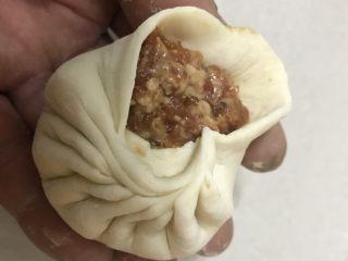 鲜肉包子,左手母子在中间,用右手母子和食指来捏折子,边捏左手边转动。