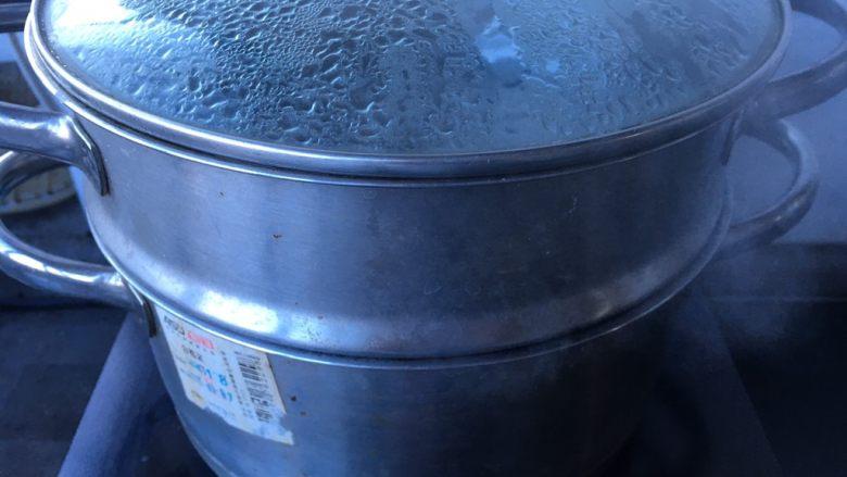 黑糖黄酒炖鸡蛋,蒸锅烧开水