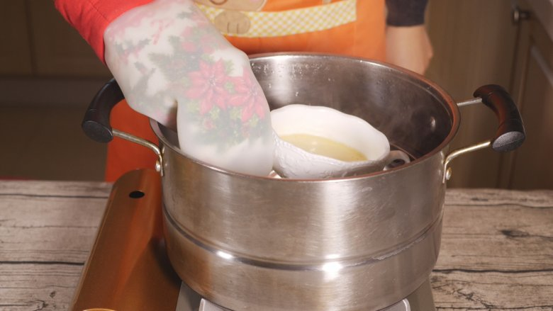 创意儿童餐 小鱼鸡蛋羹,蛋羹蒸好后出锅,表面凝固即可。蒸锅暂时不要清理,后面还需要用到。
