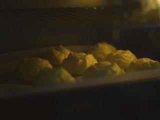 无面粉云朵面包,170度,30分钟。可以开启烤箱的热风模式。刚烤完是非常轻脆的,一碰就碎,建议冷却后再用手拿取。