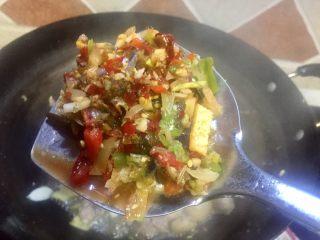 白萝卜炖羊肉,放入泡椒姜末一起炒