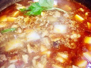 白萝卜炖羊肉,汤开了后开小火加盖烧一小时,中途需翻炒几次