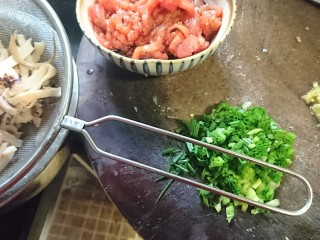 鱿爆笋丝,瘦肉先用少量盐,酱油腌制,鱿鱼沥水