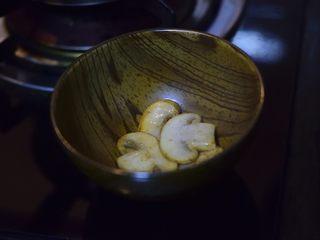西兰花蘑菇浓汤,蘑菇两面金黄后夹出备用。