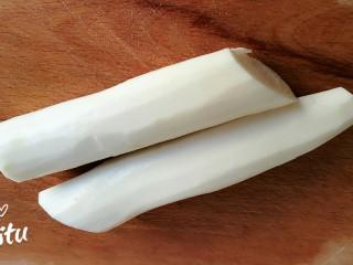 里脊肉炒山药,山药洗净去皮。