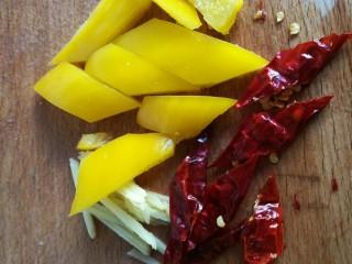 里脊肉炒山药,黄椒和红辣椒切成片,葱、姜切丝。由于家里没有鲜的红辣椒,我放了点辣椒干。