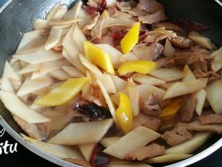 里脊肉炒山药,最后放入黄椒。