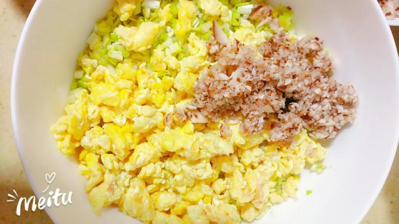 黄韭鸡蛋素馅饺子,加入蘑菇碎,下面制作秘制提香酱了