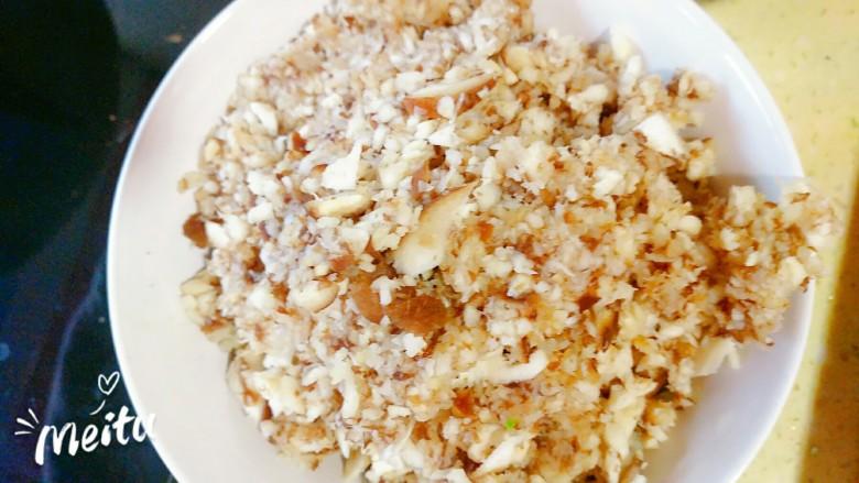黄韭鸡蛋素馅饺子,蘑菇打碎