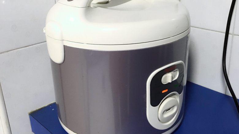 电饭煲+啤酒鸡翅根,开启煮饭模式,煮到自动跳到保温。