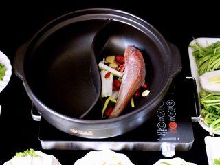海鲜麻辣鸳鸯火锅,放入洗净的红蟹鱼