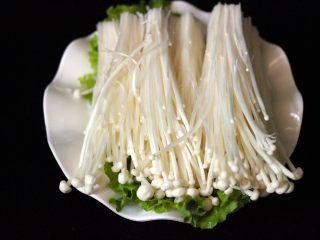 海鲜麻辣鸳鸯火锅,金针菇去蒂洗净后备用