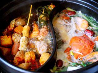 海鲜麻辣鸳鸯火锅,鲜美无比又营养丰富的海鲜火锅就做好了、嘻嘻、老公我吃火锅你喝汤哈、我我我