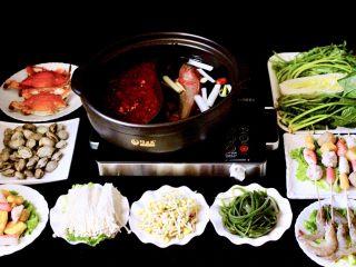 海鲜麻辣鸳鸯火锅,盖上锅盖大火煮沸后、加入适量盐和味精调味