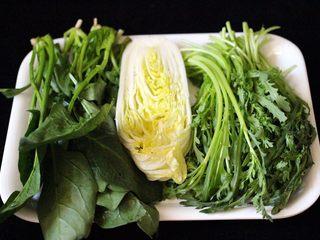海鲜麻辣鸳鸯火锅,茼蒿、菠菜和大白菜洗净备用