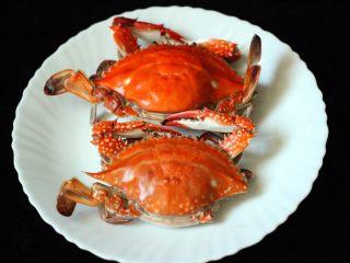 海鲜麻辣鸳鸯火锅,梭子蟹提前洗净后蒸熟备用