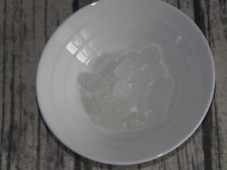 黄桃罐头,准备60g冰糖