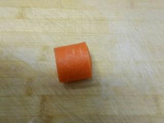 凉拌腐竹、芹菜,胡萝卜洗净切断。