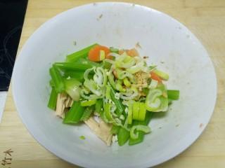 凉拌腐竹、芹菜,捞出放入海碗中,加入腐竹段,胡萝卜片、姜、蒜、葱末。