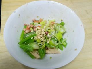 凉拌腐竹、芹菜,加入少许生的花生米、盐、鸡精、醋、芝麻酱、香油。