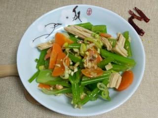 凉拌腐竹、芹菜,再来一张。