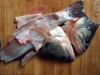 酱爆大葱鲈鱼片,鱼骨留在一边,等下用来烧汤;