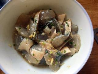 酱爆大葱鲈鱼片,鱼片中加入葱姜末、花椒粉、细盐、料酒和干淀粉; 加入适量清水,拌匀,腌制10分钟;