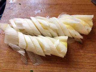 酱爆大葱鲈鱼片,大葱洗净,取葱白部分,切成斜刀块;