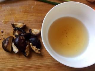酱爆大葱鲈鱼片,香菇泡发后对半切,水不要倒掉;