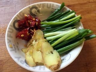 酱爆大葱鲈鱼片,葱切段,干辣椒切碎,姜切片;