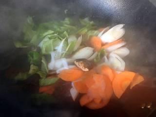 酱爆大葱鲈鱼片,加入大葱和青椒,煸炒数下;