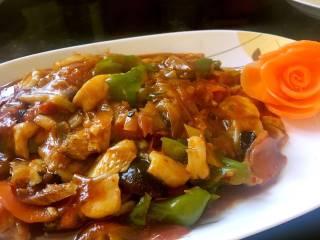 酱爆大葱鲈鱼片,用少许淀粉勾芡,收汁,装盘即可。