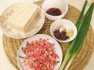 麻婆豆腐家常版,备好材料,卤水豆腐1块(千万不要用内酯豆腐),郫县豆瓣酱30g,猪肉馅100g(牛肉更香),小葱2根,姜2片,蒜2瓣,花椒1小把,盐适量