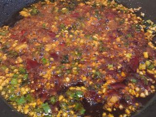 麻婆豆腐家常版,翻炒豆瓣酱,直至炒出红油