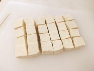 麻婆豆腐家常版,豆腐切约2cm的方块