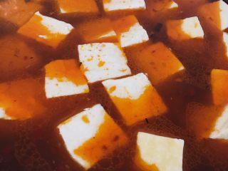 麻婆豆腐家常版,放入豆腐,倒水没过锅中食材,加1匙生抽和适量盐调味,调成大火,煮沸后再煮至5-8分钟,会让豆腐特别入味