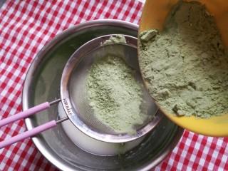 抹茶戚风蛋糕(后蛋法),将抹茶面粉分两次塞入混合好的液体中