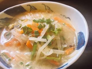 蒜苗萝卜鲈鱼汤,盛出,装盆即可。