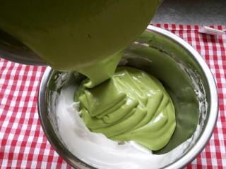 抹茶戚风蛋糕(后蛋法),把拌好的面糊全部倒入剩下的蛋白中 继续翻拌切拌均匀
