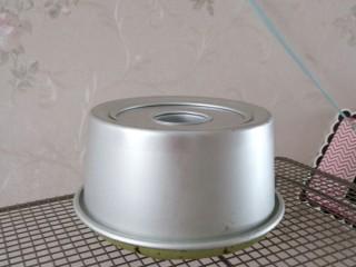 抹茶戚风蛋糕(后蛋法),出炉后距离桌面30厘米处 将蛋糕垂直震下 这样可以将蛋糕中的热气震出防止回缩 然后马上倒扣在晾网上晾凉