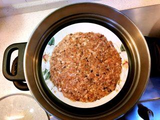 香菇虾米蒸肉饼,装盘,均匀压薄一些,不要太厚