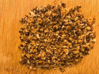 香菇虾米蒸肉饼,把泡好的香菇和虾米剁碎。