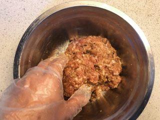 香菇虾米蒸肉饼,充分搅拌均匀。