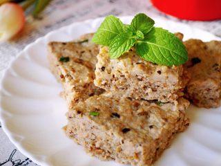 香菇虾米蒸肉饼,切块摆盘。