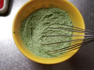 (后蛋法)抹茶戚风蛋糕,用手动蛋抽搅拌均匀 这样可以防止抹茶粉遇液体结块
