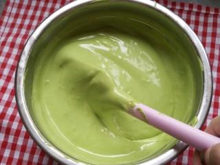 (后蛋法)抹茶戚风蛋糕,拌好的蛋糕糊是这样的 颜色很漂亮